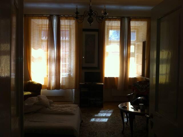 Grossräumiges Schlafzimmer mit breitem Bett und hohen Fenstern für gute Nacht und guten Tag