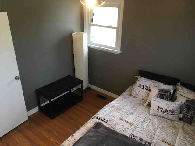 **RARE** Private room minutes from waterfront & DT