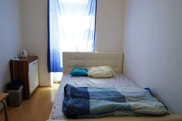 Cozy Private Bedroom near Danube Canal