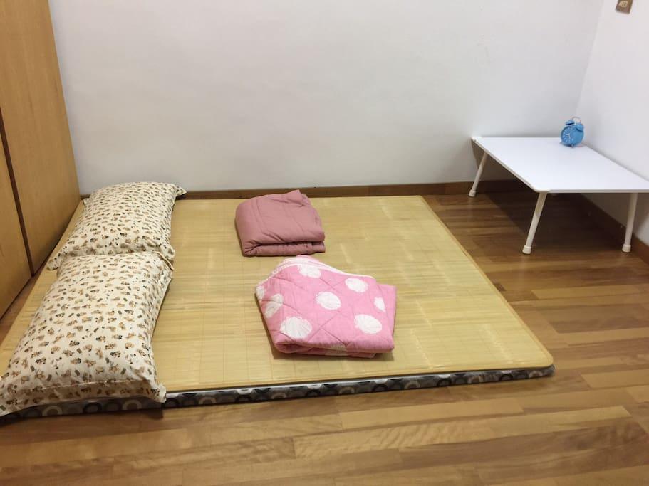 日式木头房间和床。