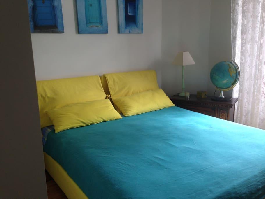 votre chambre: un grand lit très confortable avec accès à la terrasse.