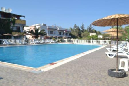 bahçeli, havuzlu denize 300mt apart - Atayurt Belediyesi - Talo