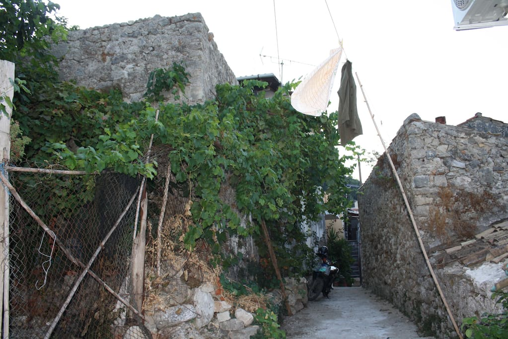 Ruhige Gasse bei Haus /  Quiet alley infront of the house