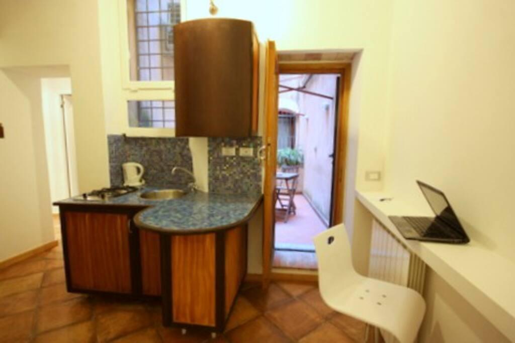 Cucinino e patio (sullo sfondo)