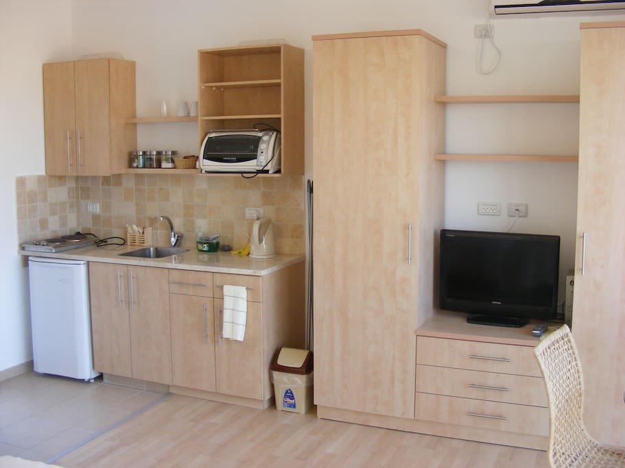 Cabinet & Kitchenette
