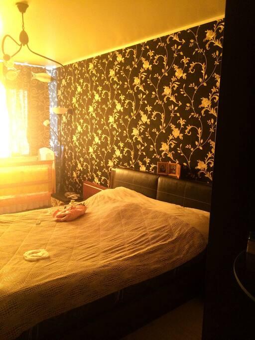Спальня черный гобелен, телевизор, натуральная кожа кровать, тумбы. Ортопедический матрац. Шкафы с подсветкой.