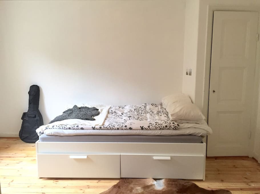 A 180 cm double bed.