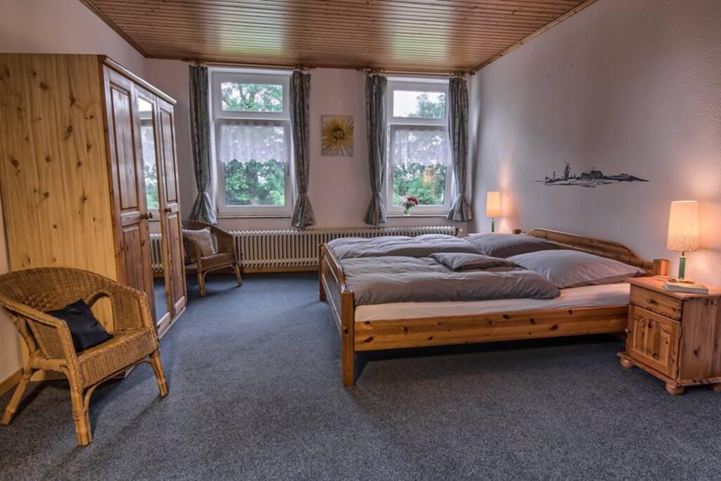 Mit insgesamt drei Fenster. Zwei davon sind mit extra Mückenfenster versehen. Lüften ohne zerstochen zu werden!