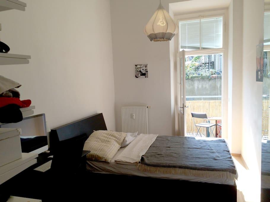 Schlafzimmer mit gemütlichem Balkon in den Innenhof