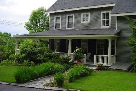 Large Sea Captain's Home near town-multiple rooms - Waldoboro - Casa
