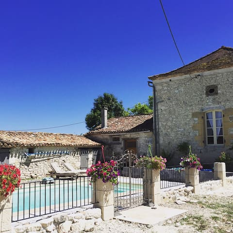 Beautiful farm cottage, communal pool in Issigeac