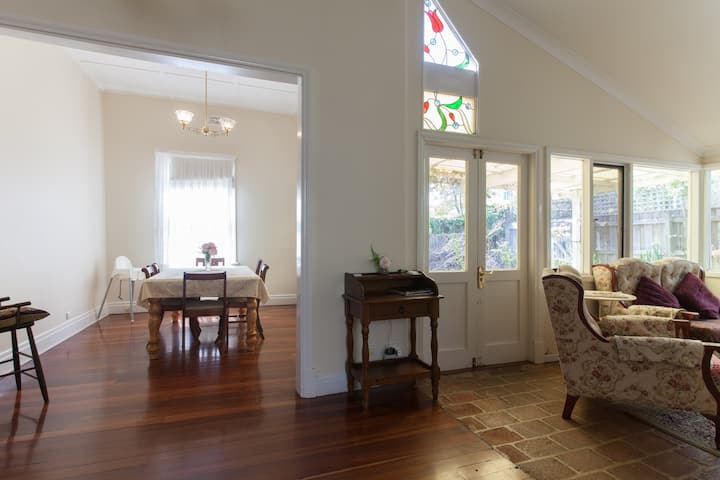 Classic Fremantle cottage, comfy beds and air con
