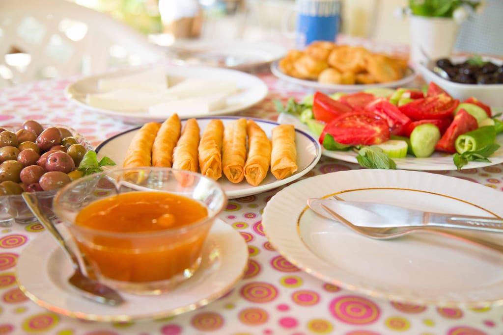 So ein Frühstück ist bei Ayşe jeden Tag inklusive :-)
