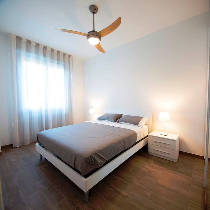 Camera da letto con ventilatore a soffitto con telecomando