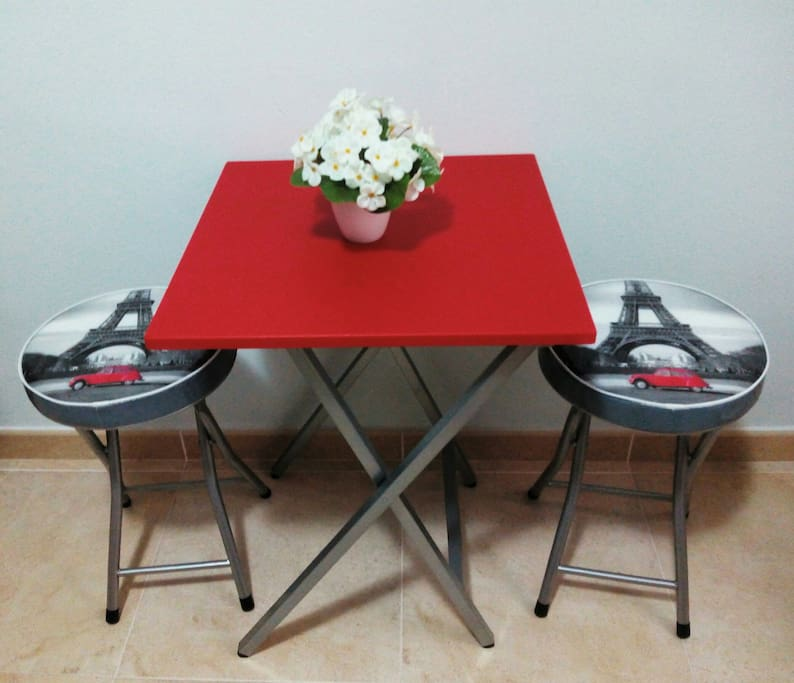 Mesita con taburetes | Table with chairs