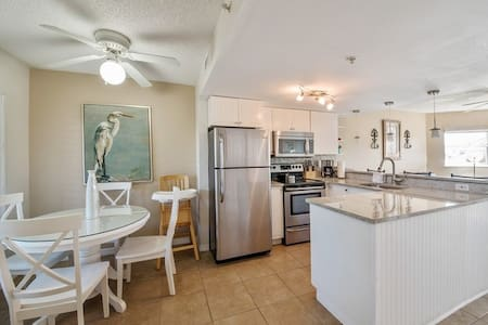 Newly renovated condo that has views of the Intercostal Waterway and a pool. Located in a peaceful cove, with little boat traffic, you can sit on your private balcony and relax while taking in the beautiful the views. Area offers plenty to keep busy!