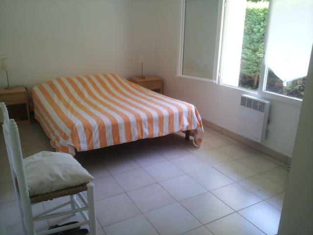 Chambre 1 avec lit de 140