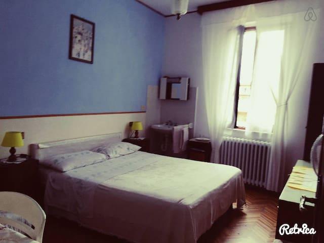 camera Azzurra, comoda, spaziosa con una bella finestra.