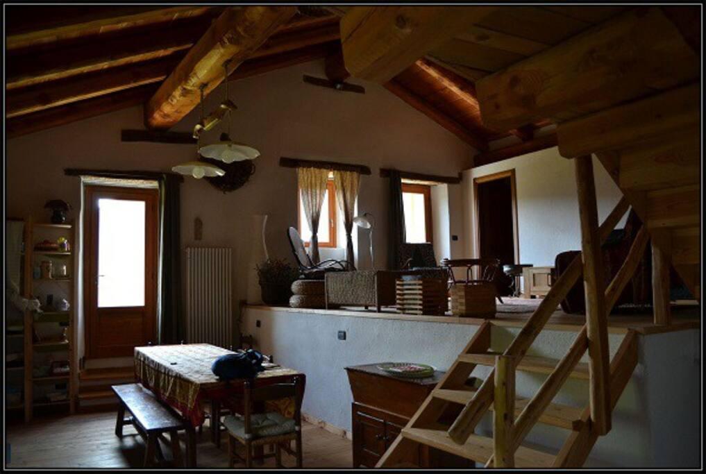 L'interno con cucina, pranzo, due camere e accesso a un soppalco con altra camera a 3 letti
