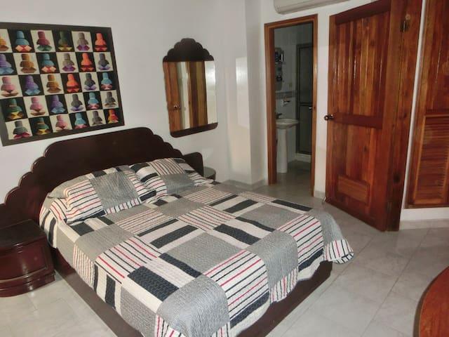 Main bedroom with private bathroom.  Cuarto principal con baño privado.