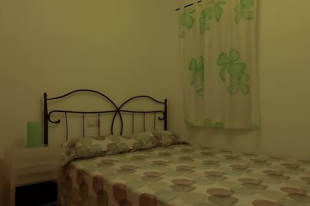 Tiny room with king size bed - Reus - Wohnung
