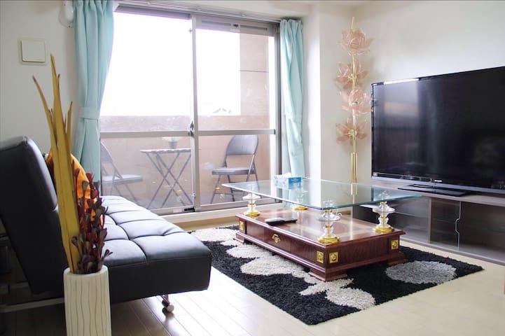 Big livingroom  with 1 double sofabed  70 inchTV Kitchen can cooking Full set of furniture, household appliances, tableware Dining table 大客廳 有一張雙人沙發床 70寸電視 廚房 全套傢具家電 餐具 可以煮食 大餐桌