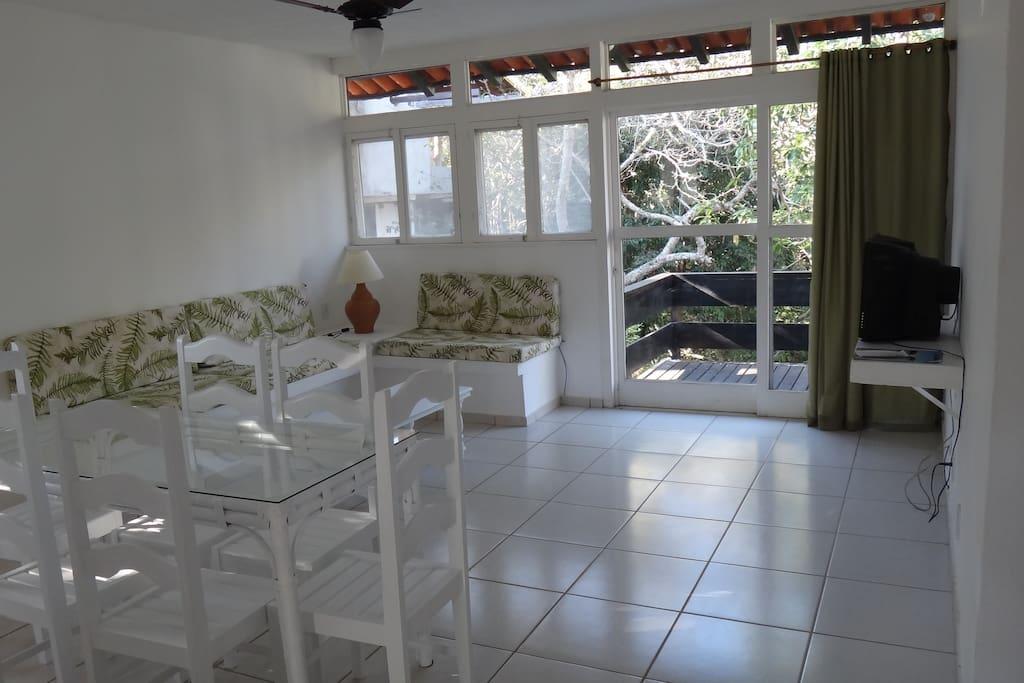 Sala de estar + jantar e varanda com vegetação nativa!