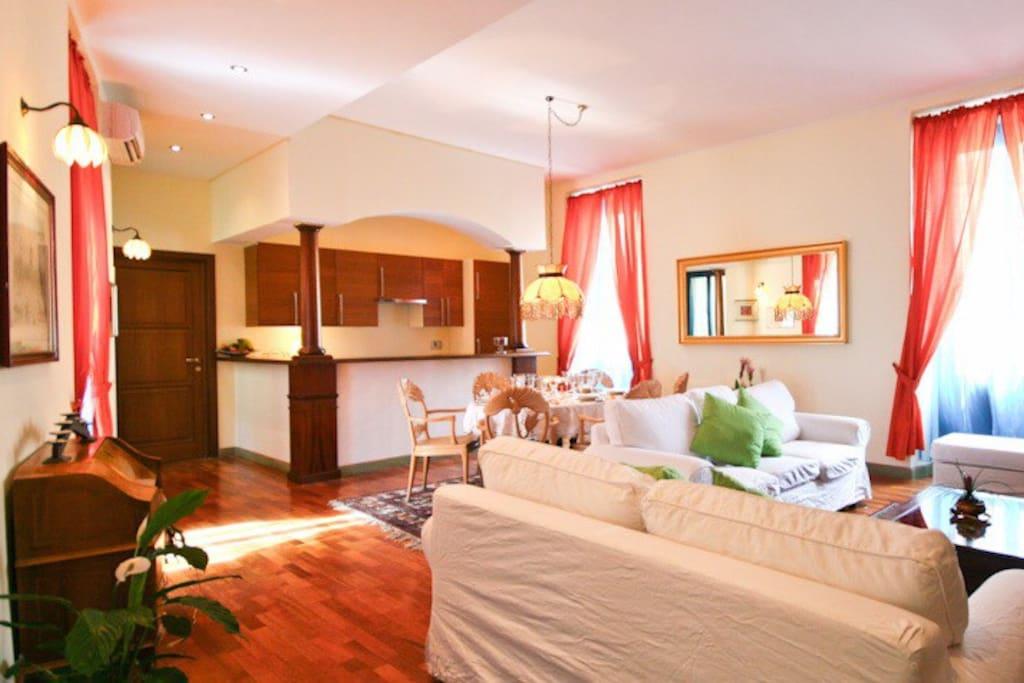 sala con aria condizionata tavolo pranzo divani e tv
