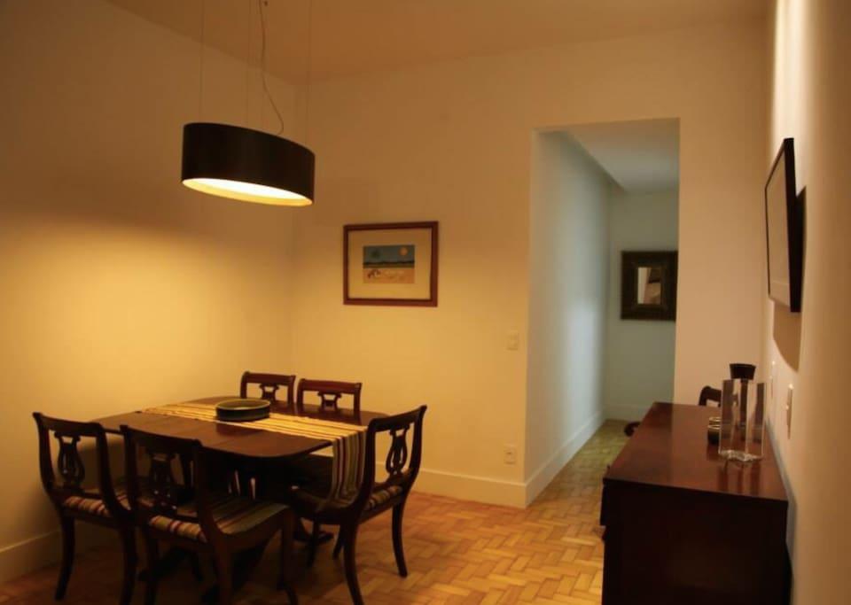 A sala de jantar é espaçosa e a cozinha totalmente equipada. Ideal para refeições entre amigos e família.