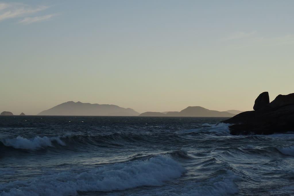 Praia lateral direita por-do-sol.