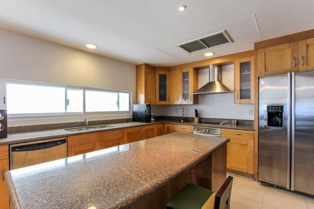 Modern, fully equipped kitchen with breakfast counter