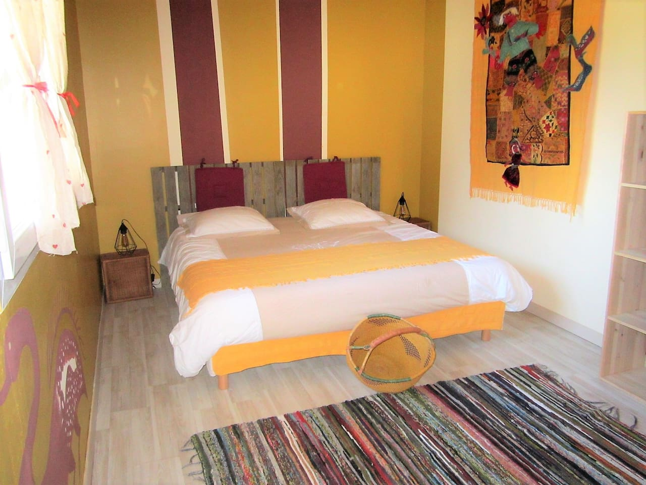 chambre ocre avec soit un lit en 180 cm ou 2 lits en 90 cm