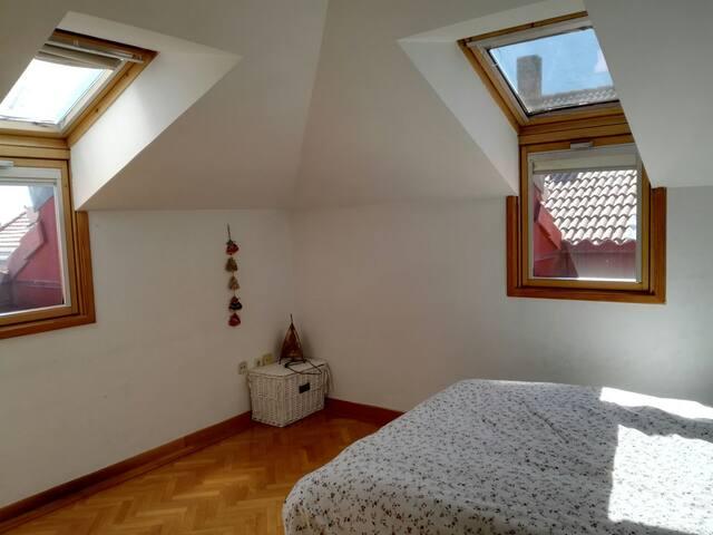Amplia y luminosa habitación en un duplex. - San Lorenzo de El Escorial - Daire