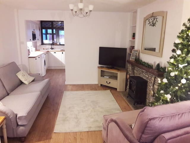 Cosy cottage in village setting XMAS AVAILABILITY