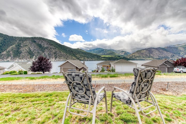Lake view home w/ deck, shared pool, beach nearby, tennis and boat rentals