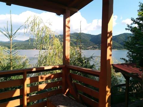 Casuta din lemn pe malul lacului, nr. 2