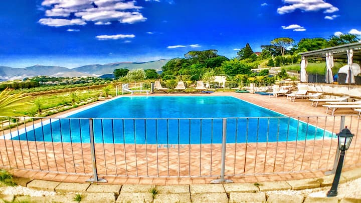 WHOLE OF Spoleto By The Pool : sleeps 24