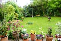 Der schöne Garten steht zur Erholung zur Verfügung.