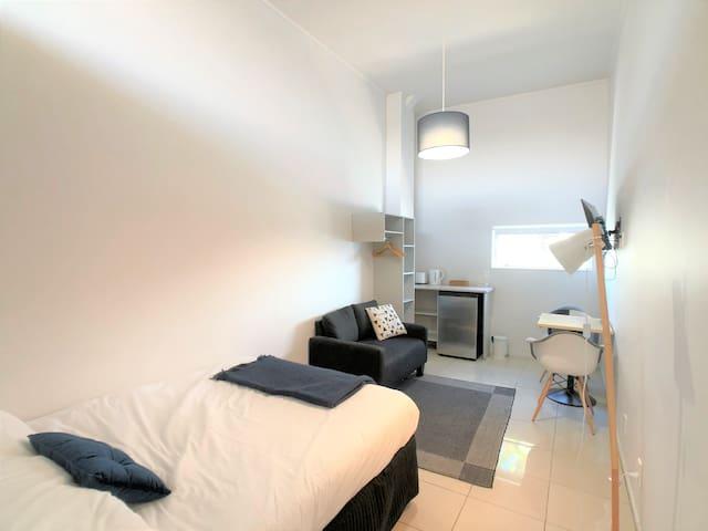 Great value! Sunny studio room...