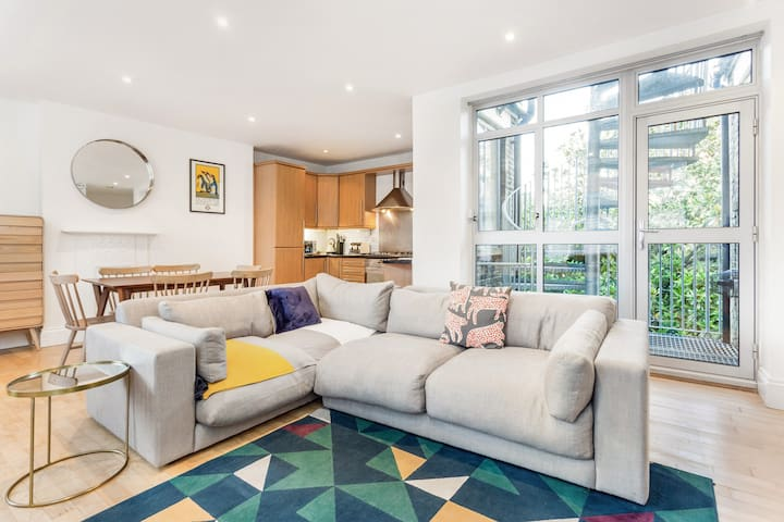 The Holborn Parade - Comfortable 2BDR + Terrace