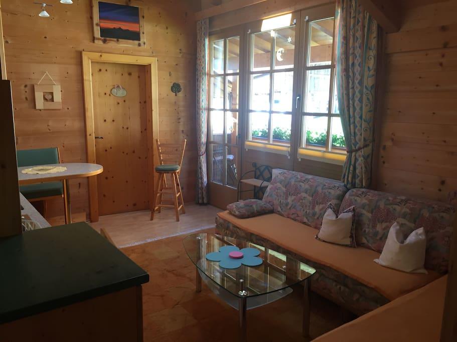 Wohnküche mit Blick auf Balkon