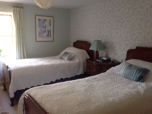 Twin bedded room in rural farmhouse - Whaddon