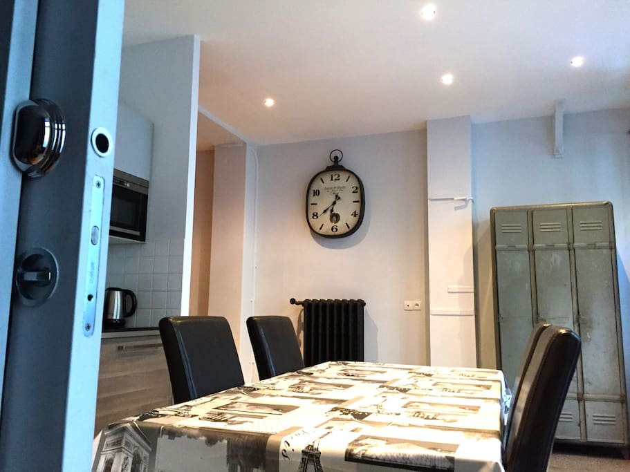 Spacious convivial kitchen with a large wooden table for 4 to 8 persons.