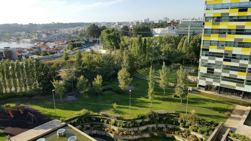 Jardim do Condomínio com Parque Infantil e muita relva e espaço de lazer.