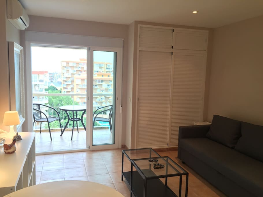 Vista parcial del moderno y confortable apartamento estudio.