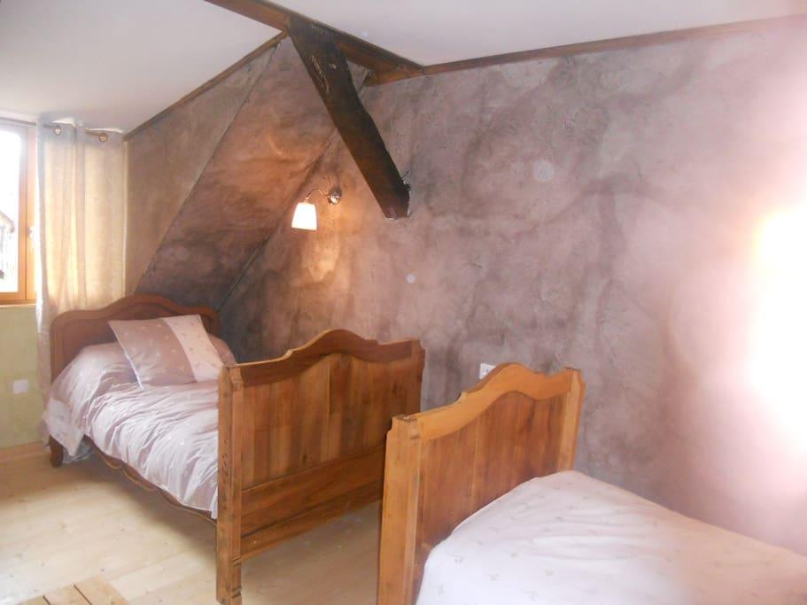 Chambre à l'étage avec 2 lits séparés