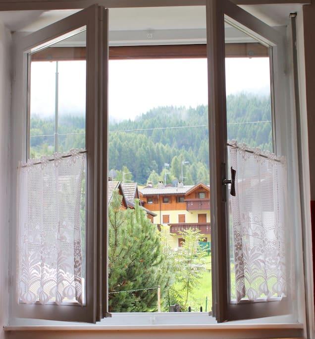 appartamento a piano terra rialzato con vista sulle montagne e piste da sci