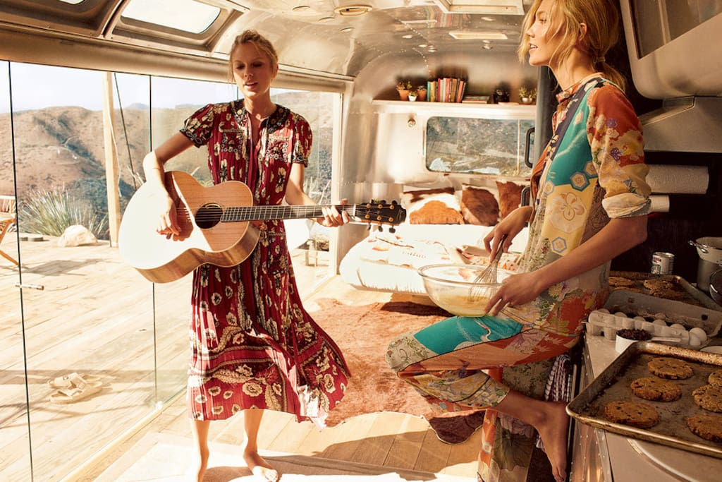 Taylor and Karlie US Vogue shoot. Yes, there is a stove and fridge.