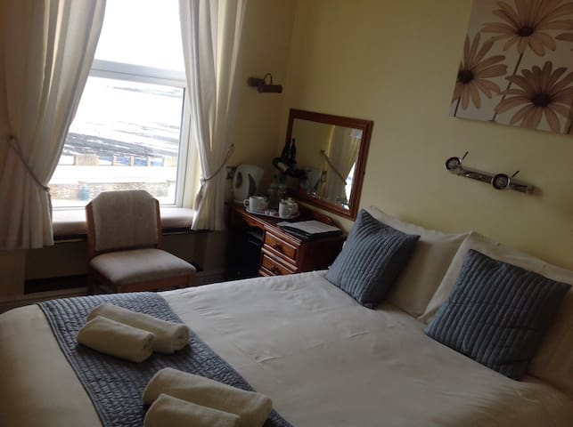 Small Douglas seafront Guest House. - Douglas - Bed & Breakfast