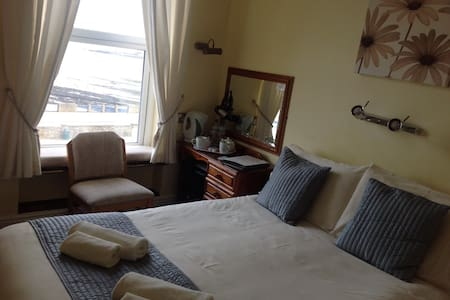 Small Douglas seafront Guest House. - Bed & Breakfast